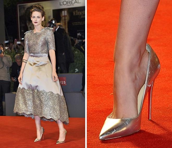 <p> Để các ngôi sao đi lại dễ dàng trong một đôi giày rộng, stylist thường đặt miếng đệm lót bằng silicone bên trong hoặc dùng băng dính 2 mặt.</p>