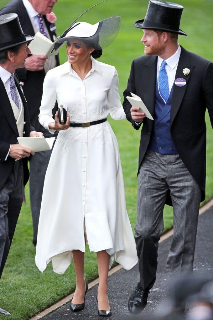 <p> Trong lễ hội đua ngựa hoàng gia ngày 19/6, Công nương Meghan Markle xuất hiện với chiếc đầm Givenchy cổ sơmi màu trắng thanh lịch và chiếc mũ Philip Treacy sang trọng.</p>