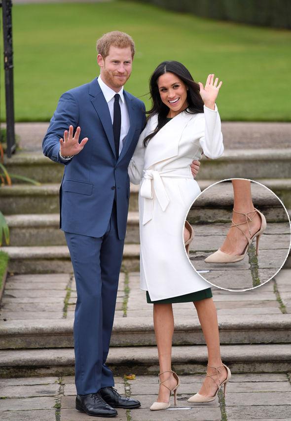 <p> Đây không phải là lần đầu Meghan đi giày rộng hơn chân. Hồi tháng 11 năm ngoái, trong sự kiện công bố lễ đính hôn với Hoàng tử Harry, Meghan cũng đi một đôi cao gót quá cỡ. Đó là đôi giày cao gót buộc giây màu nude của Aquazzura Matilde.</p>