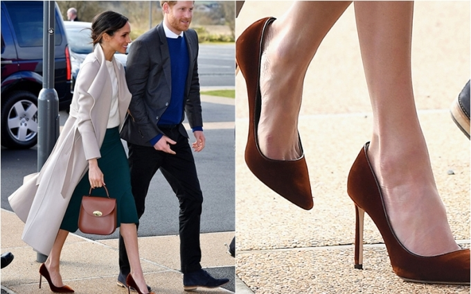 <p> Còn đây là đôi cao gót nhung màu đỏ của Jimmy Choco mà Meghan từng diện trong chuyến thăm đến Bắc Ireland vào tháng 3 năm nay. Cũng như nhiều lần khác, đây là một đôi giày hơi rộng so với chân Meghan.</p>