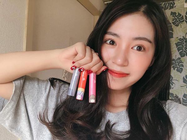 Đi du học ở Nhật nên cô nàng cũng chịu ảnh hưởng bởi phong cách trang điểm của các cô gái nơi đây, trong đó điều quan trọng nhất là giữ làn da căng bóng, mịn mướt, tạo cảm giác trong veo như thạch.