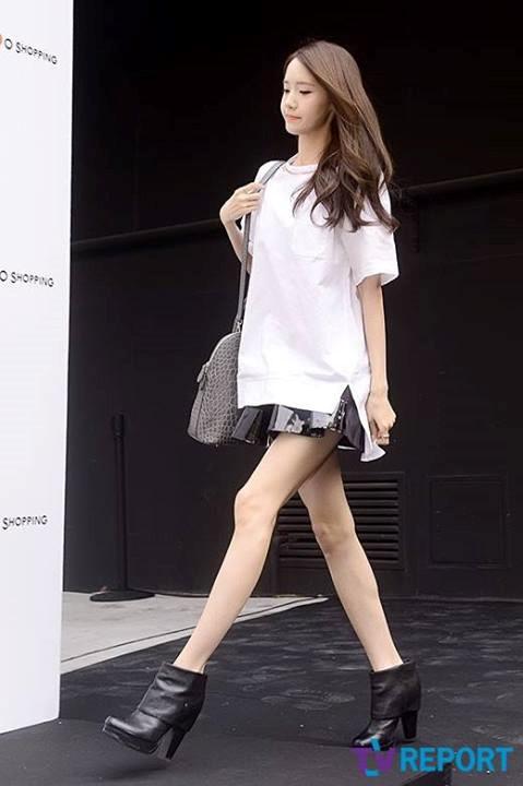 Nổi tiếng với khuôn mặt xinh đẹp tựa nữ thần, Yoon Ah lại sở hữu một đôi chân vòng kiềng xương xẩu. Đầu gối củ lạc càng khiến chân của Yoon Ah mất điểm trong mắt người nhìn.