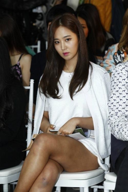Đôi chân to như cột đình, đen nhẻm và nhiều vết thâm sẹo là một nhược điểm lớn của Yuri (SNSD).
