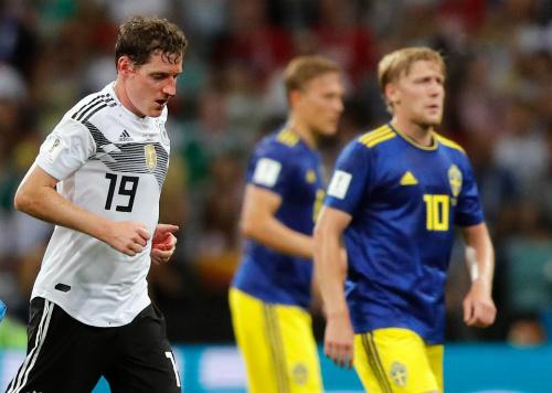 Cầu thủ số 19 đã phải tạm ngừng trận đấu để ra ngoài sân xử lý vết thương.
