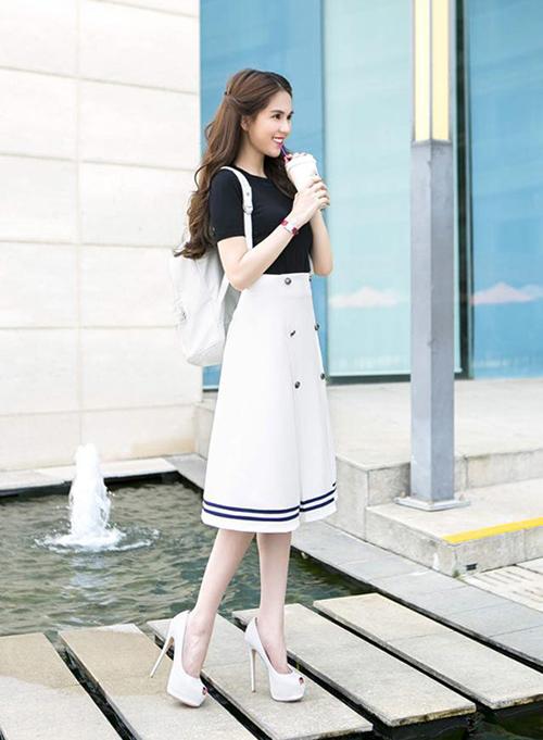 Sở hữu tủ giày hàng trăm đôi nhưng không phải lúc nào lựa chọn để kết hợp đồ của Ngọc Trinh cũng chính xác. Một lần khác, người đẹp mắc sai lầm khi diện váy như nữ sinh mà lại kết hợp cùng giày siêu cao gót điệu đà lạc quẻ.