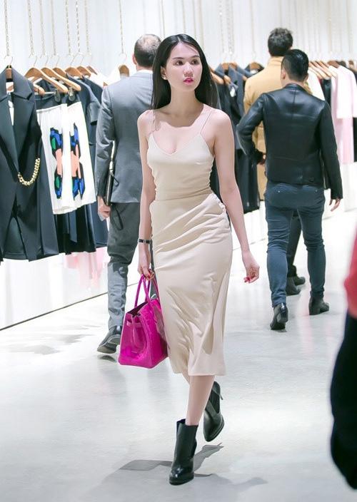 Với bộ váy hai dây màu nude này, cô nàng nên diện cùng sandals hay giày mũi nhọn thanh mảnh hơn là đi đôi boots đen nặng trịch, khiến chân ngắn một mẩu.