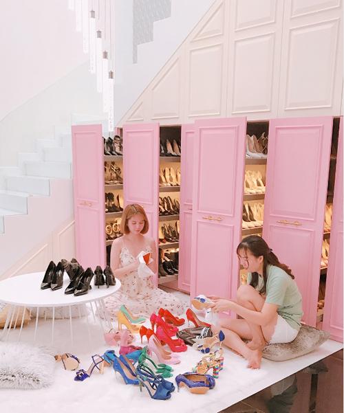 Ngọc Trinh từng gây choáng khi khoe tủ giày 6 cánh đẹp và đầy ắp chẳng thua kém các cửa hàng thời trang cao cấp. Chiếm đa số trong đó là những đôi mũi nhọn nhiều màu sắc, có giá hàng chục triệu đồng một đôi.