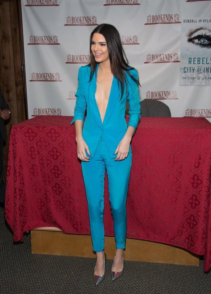 <p> Kendall Jenner diện bộ suit màu xanh lam có thiết kế khoét cổ chữ V táo bạo trong một sự kiện ký tặng sách năm 2014.</p>
