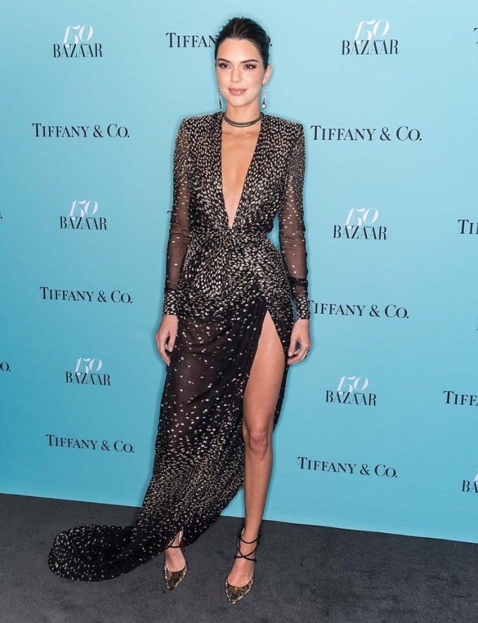 <p> Kendall xuất hiện tại một sự kiện của tạp chí Harper's Bazaar năm 2017. Chiếc đầm chấm bi được đánh giá khá đẹp nhưng lại khiến người mẫu sinh năm 1995 này già đi chục tuổi.</p>