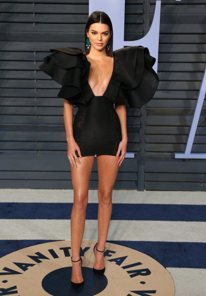 <p> Kendall Jenner xuất hiện với chiếc váy mini màu đen có thiết kế sexy của Redemption tại tiệc Afterparty của Lễ Trao giải Oscars 2018.</p>