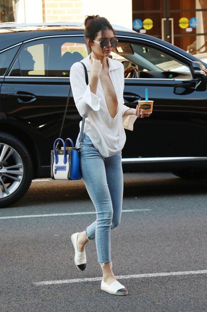 <p> Một bộ cánh gây sốc cho giới paparazzi của Kendall năm 2015. Chiếc áo sơ mi khoét tới tận… rốn cùng style thả rông vòng 1 mang lại cho cô nàng một vẻ ngoài siêu gợi cảm.</p>