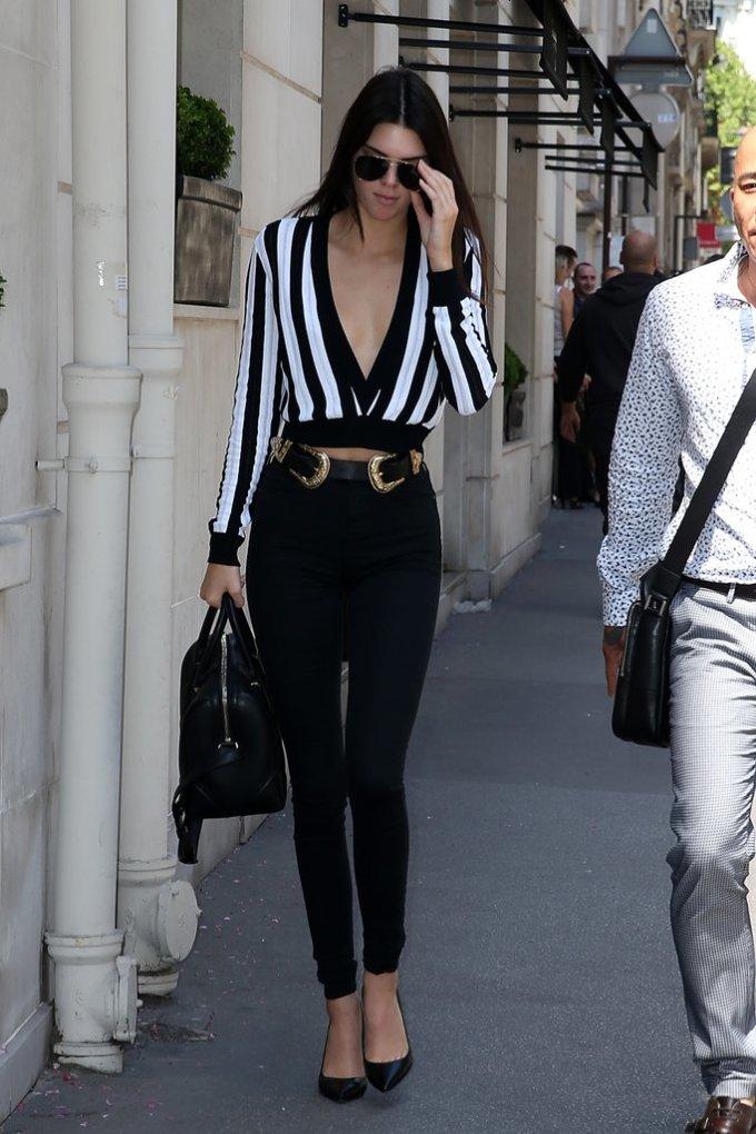 <p> Trong tuần lễ thời trang tại Paris hè năm ngoái, Kendall Jenner tiếp tục khoe body thon gọn cùng skinny jeans và chiếc áo họa tiết kẻ sọc cổ chữ V như thường lệ.</p>