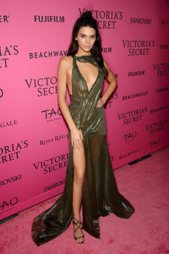 <p> Còn đây là diện mạo sexy của người đẹp trong bữa tiệc hậu Victoria's Secret Fashion Show. Chiếc đầm mỏng tang ánh vàng có kiểu dáng cắt xẻ táo bạo khiến Kendall trở thành tâm điểm trong số rất nhiều chân dài tham dự bữa tiệc ngày hôm đó.</p>