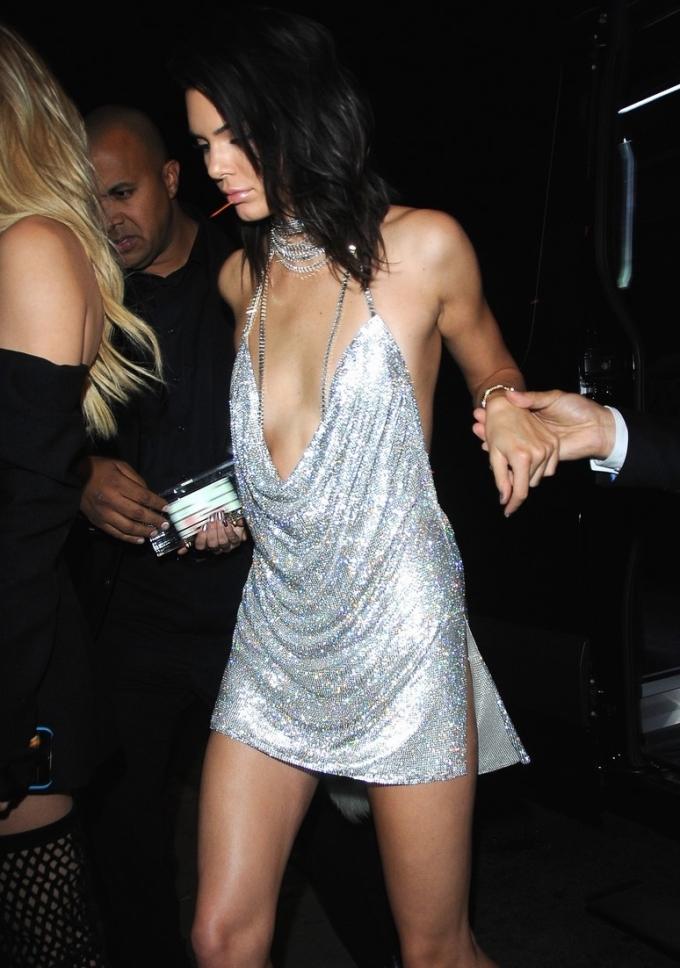 """<p> Ai có thể quên được chiếc đầm ánh bạc sáng rực """"huyền thoại"""" mà Kendall đã diện trong party sinh nhật năm 2016? Chiếc váy trị giá 200 triệu đồng có thiết kế hở bạo cả đằng trước và đằng sau giúp nàng khoe trọn thân hình gợi cảm của mình.</p>"""
