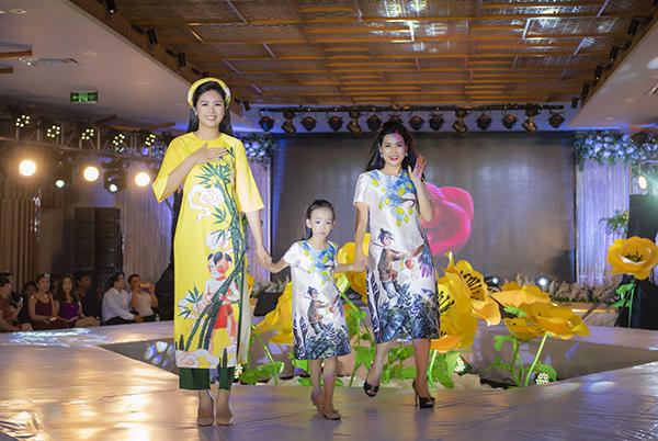 Dù chưa có kinh nghiệm trình diễn thời trang nhưng Hà Hương và các con vẫn trình diễn tự tin vai trò được Hoa hậu Ngọc Hân tin tưởng giao phó.