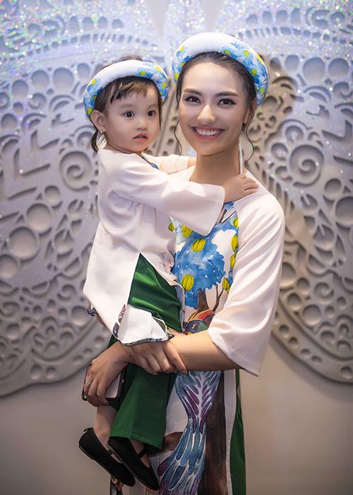 người mẫu Hồng Quế cũng cho con gái Cherry catwalk cùng mình. Cô nhóc từng nhiều lần diễn thời trang cùng mẹ .