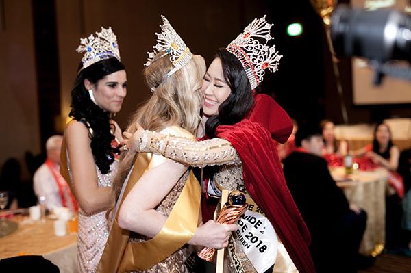 Trong đêm chung kết cuộc thi Mrs Worldwide 2018 (Hoa hậu Phụ nữ Toàn thế giới 2018) diễn ra tại Singapore vào tối 24/6, Dương Thuỳ Linh đã vượt qua 24 thí sinh khác để giành vương miện cao nhất. Cô còn đoạt thêm hai giải phụ: People Choice và Special Queen Awards. Đây là lần đầu tiên Việt Nam có đại diện tham gia đấu trường nhan sắc này nhưng đã bất ngờ giành chiến thắng. Á hậu 1 cuộc thi thuộc về đại diện của Nam Phi, Á hậu 2 được trao cho đại diện của Nga.