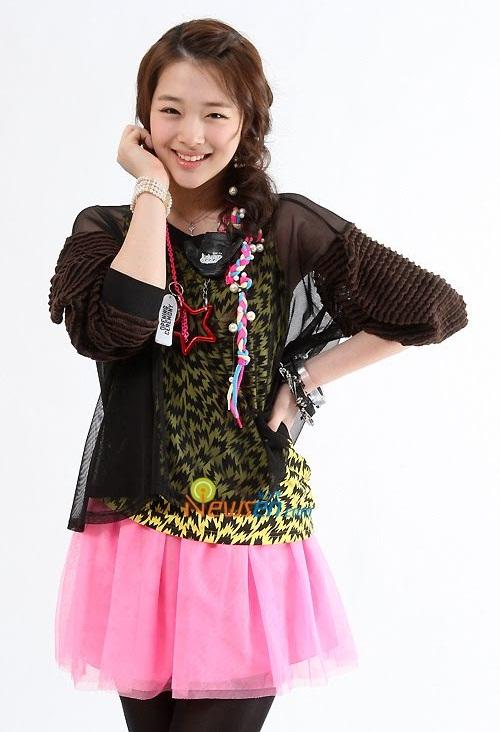 Sulli đã có sự thay đổi đáng kể từ khi debut năm 2009 cùng nhóm f(x). Cô nàng có vóc dáng mỏng manh hơn, khuôn mặt cũng thon nhỏ hơn.