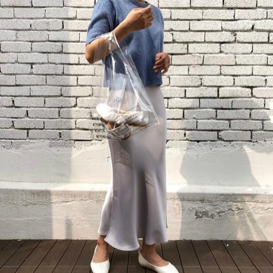 Chiếc túi trong suốt giúp bạn khoe khéo một đôi giày mới mua hay đơn giản là thỏi son thời thượng, bắt mắt.
