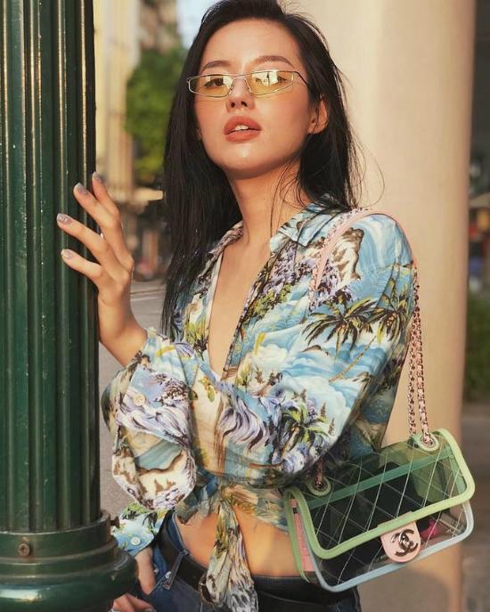 Mùa hè năm nay, những chiếc túi xách trong suốt được biến tấu với đủ màu sắc và kiểu dáng khác nhau. Khánh Linh The Face nhanh nhạy với xu hướng khi tự tay sắm cho mình chiếc túi xách trong suốt của Chanel.