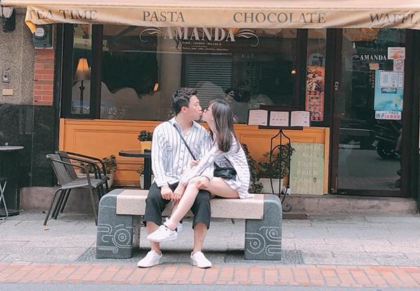 Hari Won và Trấn Thành không chỉ mặc đồ đôi khi đi chơi mà còn chẳng ngại ngồi tình tứ, khóa môi ngay trên phố.