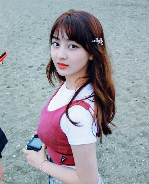 Sau một thời gian debut, Ji Hyo nỗ lực giảm cân để có ngoại hình hoàn hảo hơn. Hiện đôi má phính của trưởng nhóm Twice đã mất dần, thay vào đó là khuôn mặt ngày càng V-line, vẻ đẹp trưởng thành hơn.