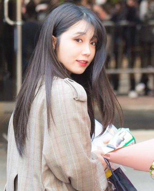 Sau 7 năm debut cùng Apink, Eun Ji dần trở thành nữ idol xinh đẹp với nhan sắc cuốn hút.