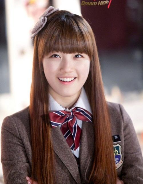 Suzy từng được nhiều fan yêu mến nhờ ngoại hình dễ thương với khuôn mặt tròn xoe, cặp má bầu bĩnh khi đóng Dream High năm 2011.