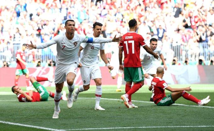 <p> <strong>Cristiano Ronaldo (Bồ Đào Nha): </strong>Không ai thích hợp hơn Cristiano Ronaldo cho lựa chọn cầu thủ nổi bật nhất lượt trận thứ 2 bảng B. Siêu sao 33 tuổi đã cho thấy với anh tuổi tác không thành vấn đề và không hề tồn tại khái niệm bên kia sườn dốc sự nghiệp. Bàn thắng duy nhất từ pha bay người đánh đầu dũng mãnh của CR7 đã giúp Bồ Đào Nha nhẹ nhàng đánh bại đội tuyển Morocco, qua đó chính thức tiễn đội bóng châu Phi về nước sớm. 4 bàn thắng sau 2 trận đấu, có thể thấy Cristiano Ronaldo đang rất tập trung, quyết tâm chinh phục chiếc cúp vàng thế giới cùng Bồ Đào Nha.</p>
