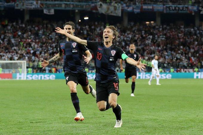 """<p> <strong>Luka Modric (Croatia): </strong>Luka Modric chính là """"số 10"""" nổi bật hơn cả. Chàng tiền vệ tài hoa của đội tuyển Croatia đã có màn trình diễn tuyệt vời, giúp đội nhà đè bẹp Argentina của Messi 3 bàn không gỡ, qua đó lu mờ hình ảnh của siêu sao Barcelona. Đẳng cấp của Modric thể hiện ở pha """"nhảy múa"""" trước hàng thủ Argentina trước khi tung cú sút xa sấm sét làm tung lưới thủ thành Willy Caballero của Albicelestes.</p>"""