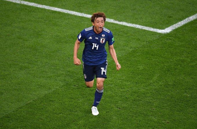 <p> <strong>Inui (Nhật Bản): </strong>Cầu thủ nổi bật nhất lượt trận thi đấu thứ 2 bảng H được dành cho một cầu thủ Nhật Bản. Người đã làm tung lưới Senegal gỡ hòa 1-1 cho những Samurai trước khi kiến tạo cho Honda ấn định tỷ số nghẹt thở 2-2 trước đại diện đến từ châu Phi. Người được nhắc đến ở đây chính là Inui. Số 14 của Nhật Bản đã hoạt động không biết mệt mỏi bên hành lang trái của đội tuyển đến từ đất nước mặt trời mọc. Cùng với Nagatomo, Inui đã cho cả thế giới biết thể lực và kỹ thuật của người châu Á cũng không thua kém bất cứ cường quốc bóng đá nào trên thế giới. Nếu Inui giữ được phong độ như trận vừa qua, đội tuyển Nhật cũng có thể tính đến chuyện gây bất ngờ lớn hơn nữa tại sân chơi bóng đá lớn nhất thế giới.</p>