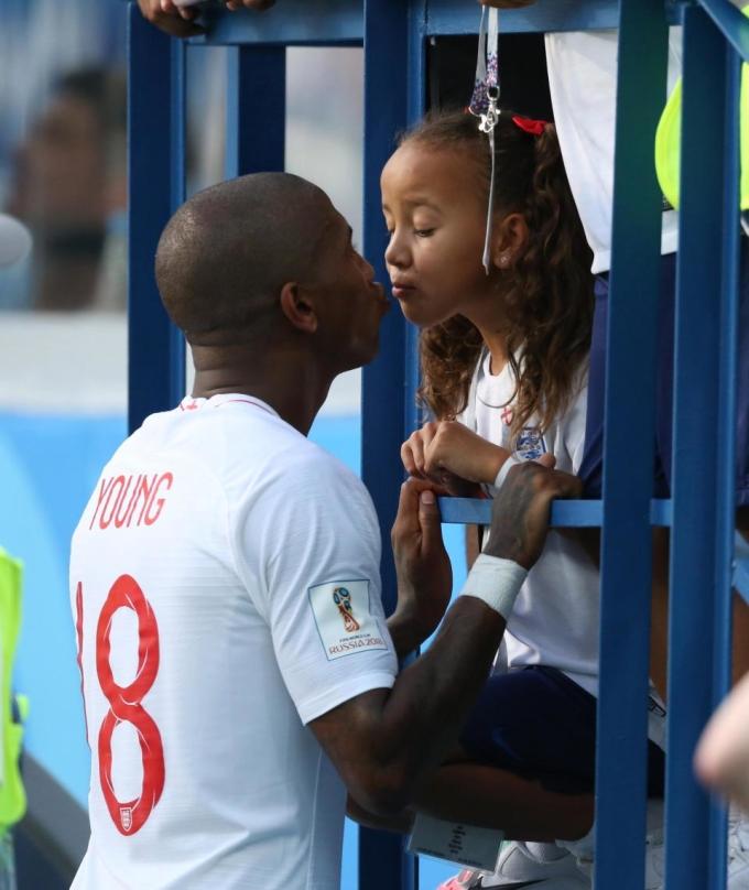 <p> Trong khi đó, Ashley Young dành tặng nụ hôn chiến thắng cho con gái yêu.</p>