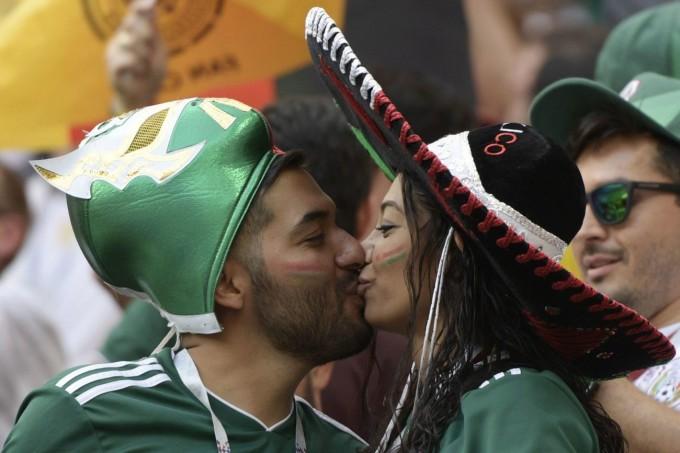 <p> CĐV Mexico luôn là những chàng trai, cô gái đầy nhiệt huyết trên khán đài. Nụ hôn ăn mừng được ghi lại trong trận Mexico gặp Đức hôm 17/6.</p>