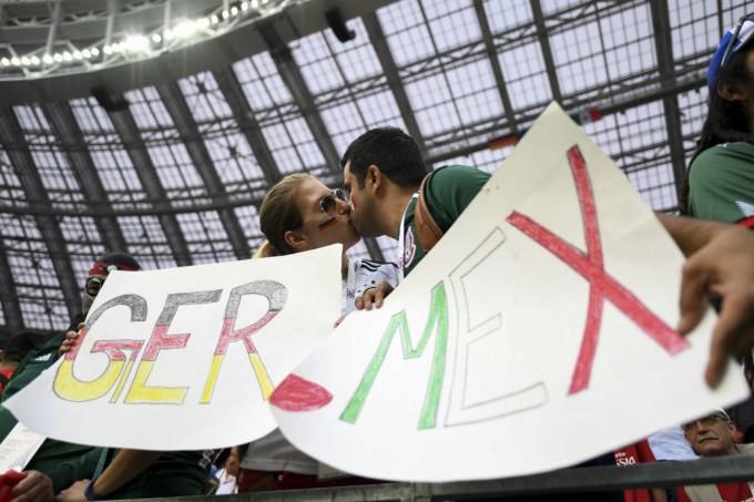 <p> Hai CĐV Đức và Mexico trao cho nhau nụ hôn nóng bỏng. Một nụ hôn, hai lá cờ, hai biểu tượng đất nước khác nhau là minh chứng tình yêu bóng đá có thể xóa nhòa những khoảng cách địa lý và sự ngại ngùng.</p>
