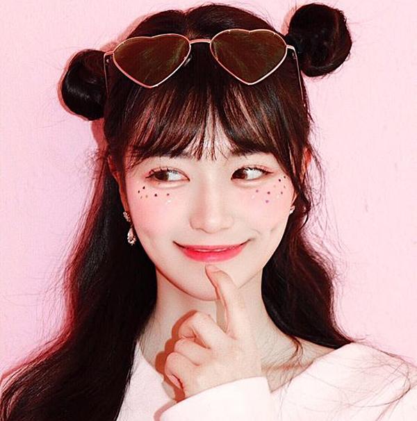 Ngoài xu hướng má hồng say rượu, các cô gái Hàn còn thêm độ cute cho gương mặt bằng cách đính kim sa, decal, kim tuyến, hạt nhũ... lấp lánh lên gò má, xung quanh đuôi mắt.
