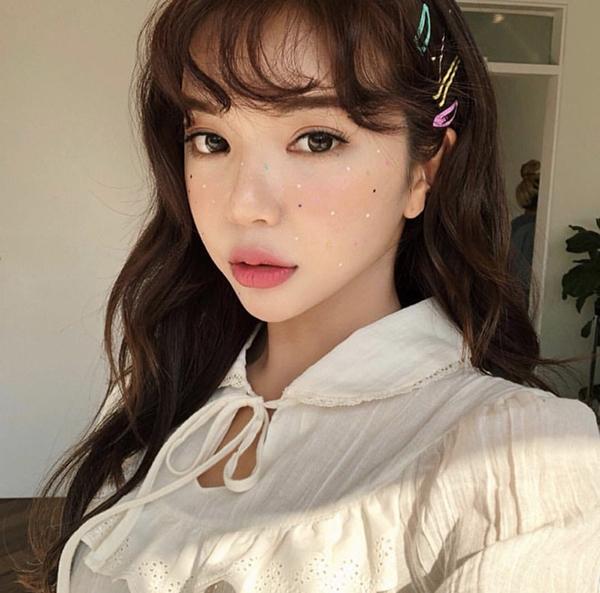 Đây là mốt làm đẹp đang thống trị trên Instagram của các cô gái Hàn. Những hạt đá li ti trên bầu má giúp gương mặt trông sáng sủa, đáng yêu hơn, rất thích hợp với những ngày hè rực nắng hoặc những chuyến du lịch ra biển, những buổi tiệc tối.