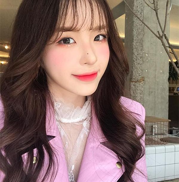 Trang điểm cả mặt cùng tông cam đất hoặc hồng được con gái Hàn ưa chuộng hơn cả vì đây là hai gam màu dễ chiều, giúp gương mặt trẻ trung hơn, hầu như ai cũng phù hợp.