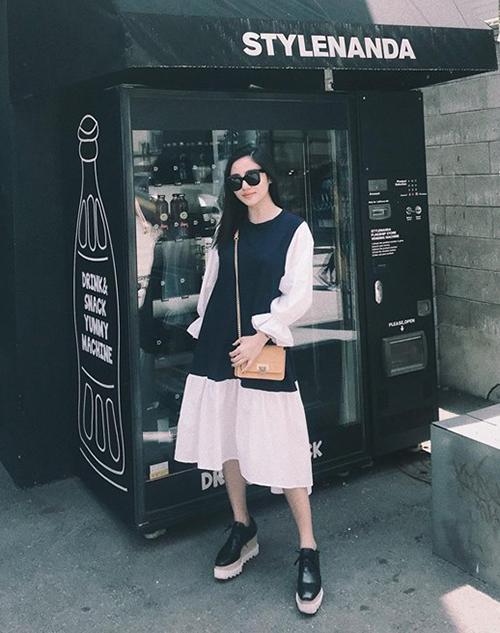 Văn Mai Hương chọn váy dáng suông siêu thoải mái khi đi du lịch Hàn Quốc.