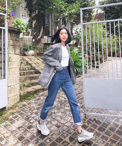 Áo phông, quần jeans và sneakers giúp Tú Hảo có vẻ ngoài năng động. Một chiếc blazer kẻ sọc đúng mốt giúp cô nàng chống chọi với thời tiết se lạnh ở Đà Lạt.
