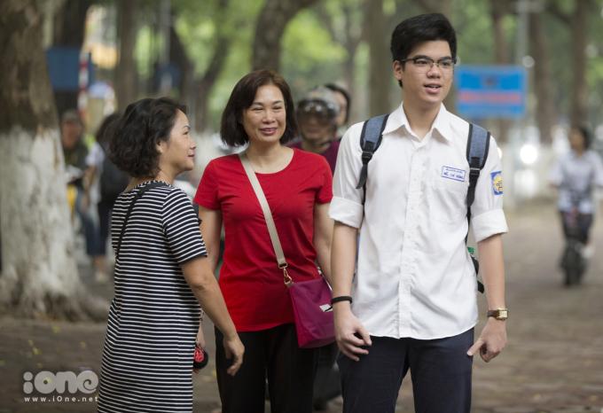 <p> Thời tiết buổi sáng tại Hà Nội ngày hôm nay khá dịu mát, khiến tinh thần của các sĩ tử và phụ huynh cũng thoải mái hơn.</p>
