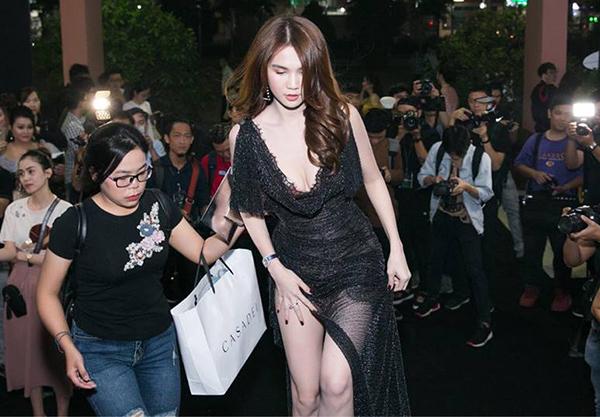 Đã mỏng manh lại còn có kiểu dáng xẻ tà cao, chiếc váy là một thách thức cho Ngọc Trinh trong việc di chuyển. Điều này cũng khiến cô nàng dù là bước đi hay đứng lại tạo dáng cũng đều phải khéo dùng tay che chắn.