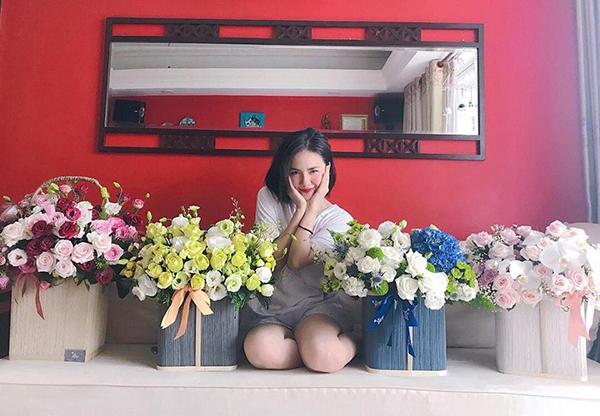 Phương Ly xinh chẳng kém khi đọ sắc với những lẵng hoa được fan tặng.