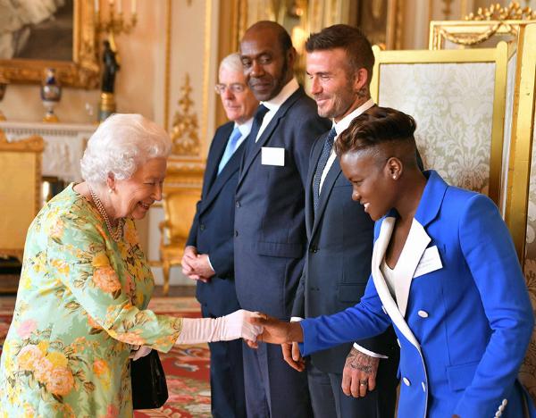 Nữ hoàng bắt tay lãnh đạo trẻ nổi bật Nicola Adams, bên cạnhlà David Beckham.