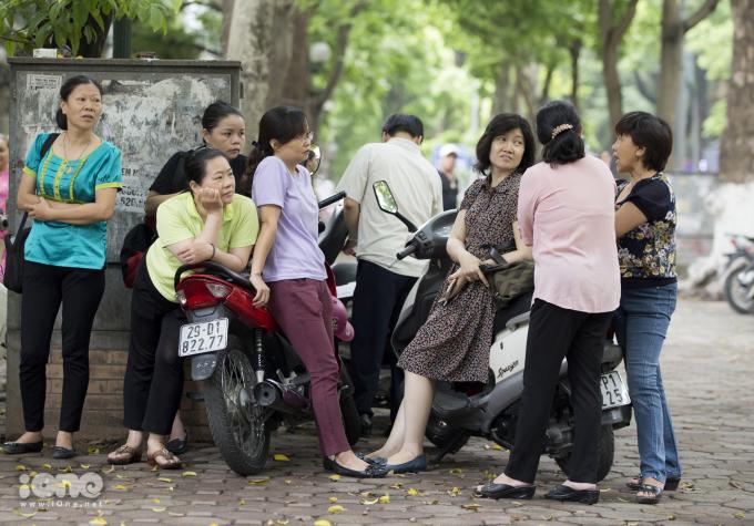 <p> Tại điểm thi THPT Phan Đình Phùng (Hà Nội), các phụ huynh trò chuyện với nhau trong lúc con đang thi ở bên trong.</p>