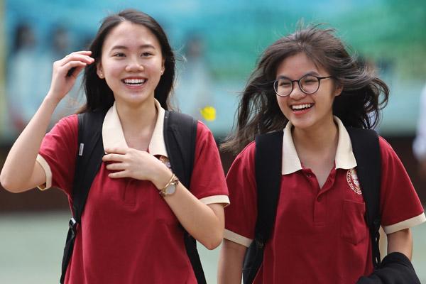 Nụ cười hớn hở của các thí sinh sau khi kết thúc môn thi cuối cùng tại điểm thi THPT Ten Lơ Man (Quận 1, TP HCM). Ảnh: Thành Nguyễn.
