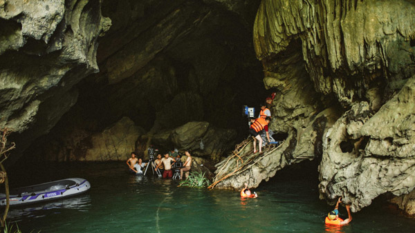 Đoàn làm phim lội nước trong các hang động ở Quảng Bình.