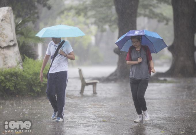 <p> Sân trường ngập mưa tạo ra những khoảnh khắc đẹp cho các cô cậu học trò.</p>