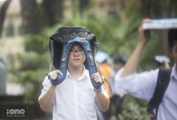Sĩ tử tươi tắn dưới mưa trong ngày thi cuối