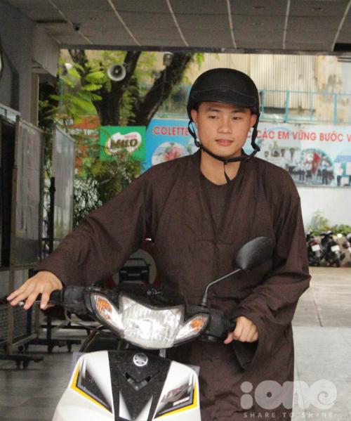 Sĩ tử vừa tu hành vừa học tập tự đi xe máy dự thi.