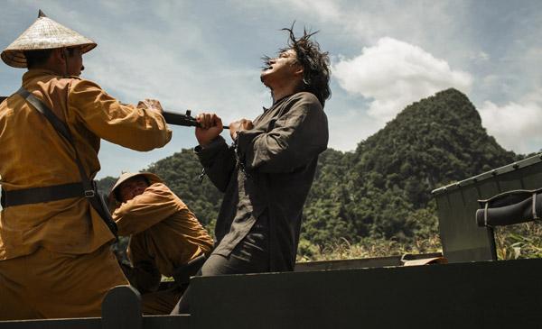 Nam diễn viên Quách Ngọc Ngoan cũng tơi tả vì những cảnh hành động.